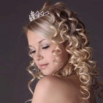 Una parte lisa otra con rizos destacados adornado con tiara.