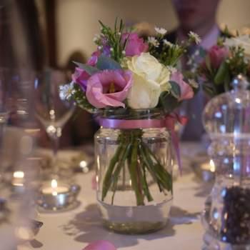 Aquí algunas ideas innovadoras para tus centros de mesa. Foto de S A Details