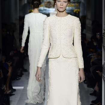 Si estás pensando en una ceremonia civil y quieres un vestido que puedas recuperar para otra ocasión, puedes inspirarte en este modelo para elegirlo. Foto: Valentino.