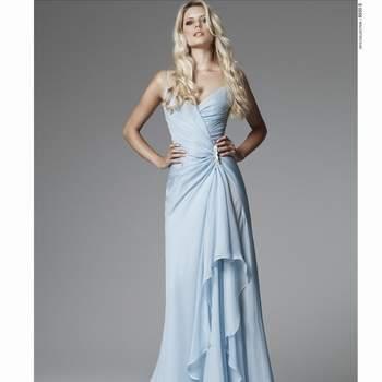 Abito in chiffon color azzurro con plissettatura che parte dal dettaglio gioiello in vita fin lungo tutta la lunghezza della gonna. Blumarine Sposa 2013. Foto: www.blumarine.com