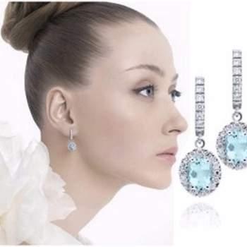 Largo mediano con 7 diamantes y aguamarina rectangular sobre una base redonda con chispas de diamantes.