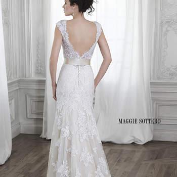 """Um modelo romântico para noivas sonhadoras: rendas e tule. Um corte reto, que apresenta decote em V na frente e nas costas e cinto de fita opcional na cintura.  <a href=""""http://www.maggiesottero.com/dress.aspx?style=5MS015"""" target=""""_blank"""">Maggie Sottero Spring 2015</a>"""