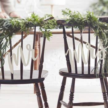 Decoración para silla de madera sr y sra- Compra en The Wedding Shop