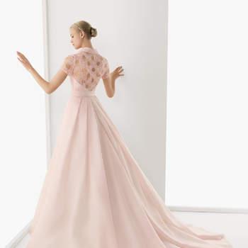 Abito rosa con intreccio sulla schiena e lungo strascico