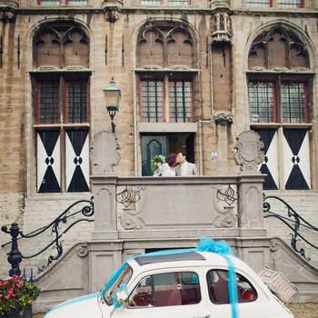 Un lazo azul y un 600 blanco, una bonita combinación para tu boda vintage. Foto: 2Rings Trouwfotografie y Feestudio