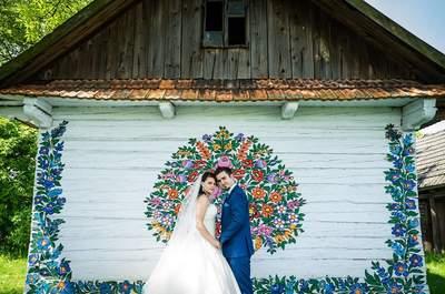 Sesja ślubna z malowanymi chatami w Zalipiu! Arcydzieło fotograficzne i malarskie razem.
