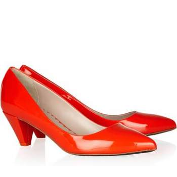 Se antes os looks eram discretos e delicados, hoje são muitas as opções para as convidadas escolherem. E com o sapato, como parte importante do visual, não poderia ser diferente. As cores vieram para ficar. Veja esta seleção de sapatos chamativos e coloridos para você estar linda em qualquer ocasião.
