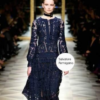 Abito di Salvatore Ferragamo in sangallo con blusa semitrasparente e gonna sotto il ginocchio. Foto: www.ferragamo.com