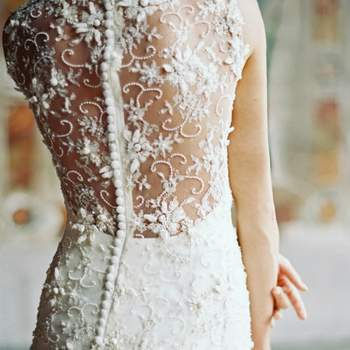 O decote rendado nas costas fica elegante e glamoroso em vestidos com apontamentos estilizados como uma linha de botões justa. Foto: Laura Gordon