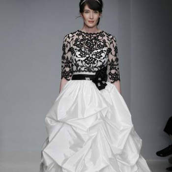 Vestido de noiva com cinto e top pretos, da colecção Alfred Angelo Primavera 2013.