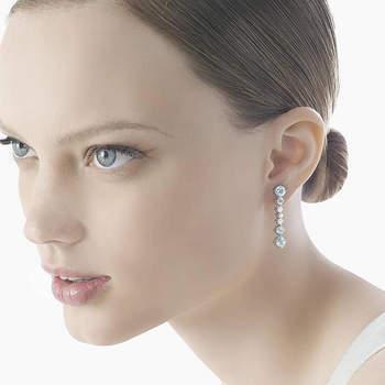 Orecchini pendenti con diamanti di varie dimensioni