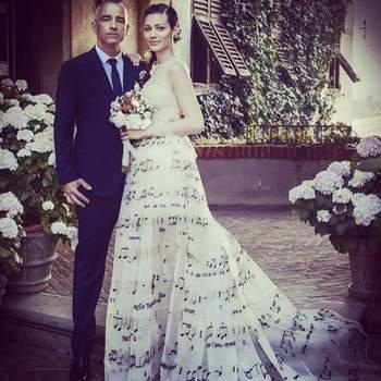 Os noivos, o cantor italiano  Eros Ramazzotti  e a modelo Marica Pellegrinelli que estão juntos desde 2009, oficializaram a união secretamente  tendo apenas com amigos e parentes mais chegados como convidados.  Crédtis: vía Instagram