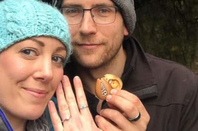 Um anel de noivado escondido durante um ano num colar: o pedido de casamento que está a arrasar nas redes sociais