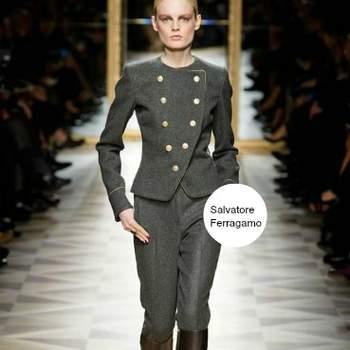 Tailleur in fustagno con giacca ornata di bottoni dorati stile militare e pantaloni stretti. Salvatore Ferragamo A/I 2012-13. Foto: www.ferragamo.com