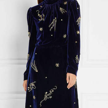 Vestido de veludo azul com bordados dourados. Credits: Prada