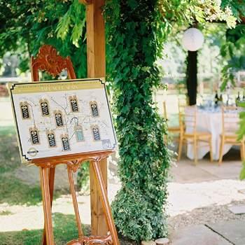 Lista de mesas colocada en un antiguo cabellete.