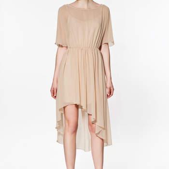 Robe Zara beige plus courte à l'avant qu'à l'arrière, toute en légèreté. Photo : www.zara.com
