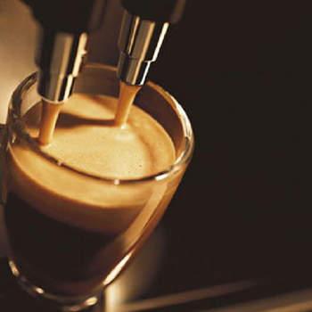 Wspólne śniadania lepiej smakują przy dobrej kawie. Niech to będzie zaproszeniem do wspólnego spędzania czasu, zarówno przy kolacji jak i śniadaniu. Toster czy urządzenie do naleśników także świetnie sprawdzą się w roli nietypowego prezentu na Walentynki. Fot. Mozhgan HUdiburgh / Flickr.com