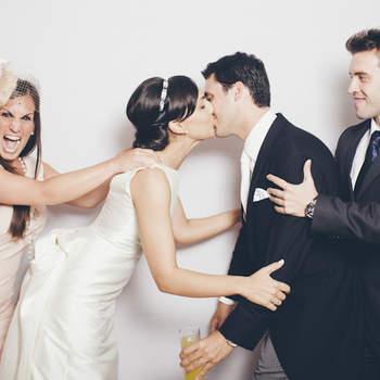 Las fotos de los photocall se caracterizan por su carácter divertido y desenfadado. ¿Lograrían separar estos invitados a los novios? Foto: Fotocinedeboda