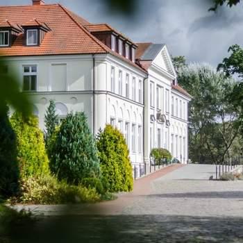 Inmitten eines englischen Landschaftsparks und am idyllischen Haussee gelegen präsentiert sich das Seeschloss Schorssow. Ein liebevoll restaurierter klassizistischer Dreiflügelbau, der seine heutige Gestalt erst zu Beginn des 19. Jahrhunderts erhielt. Nach einer aufwendigen Originalrekonstruktion öffnete im März 1997 das romantische Hotel seine Türen.