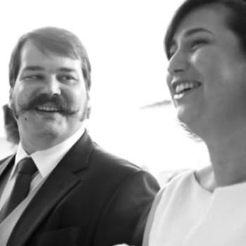 Não há melhor indicador de felicidade do que a largura de um sorriso. No dia do seu casamento, divirta-se e deixe que as suas fotografias reflictam isso mesmo. Para mais tarde recordar... com um sorriso nos lábios.