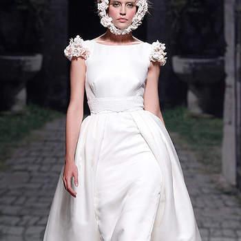 Vestido de novia con manguita drapeada y falda con aberturas superpuestas, de Victorio & Lucchino. Foto: Barcelona Bridal Week