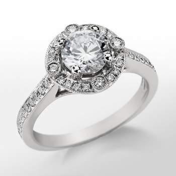 Precioso diseño de anillo de compromiso en platino y diamantes. Foto: Blue Nile