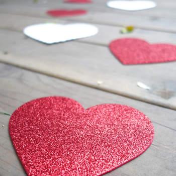 Caminho de corações glitter vermelhos e brancos. Credits: Kevin Chin