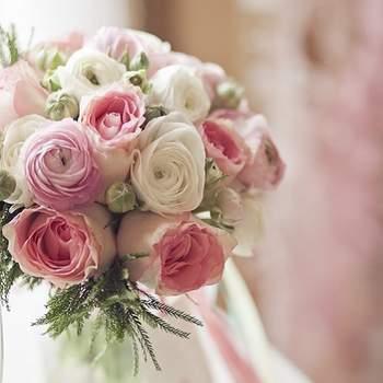 Inspírate con las combinaciones de distintas flores y colores. Los ramos de novia ya no son de flores artificiales. Foto de Lounge