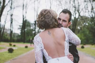 Um sim redondo às tatuagens: 20 looks de noiva com personalidade e estilo