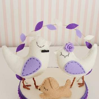 Lila farbene Cake-Topper für ihre Hochzeitstorte