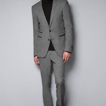 Este traje gris con apliques de cuero es una apuesta ganadora. Foto: Zara