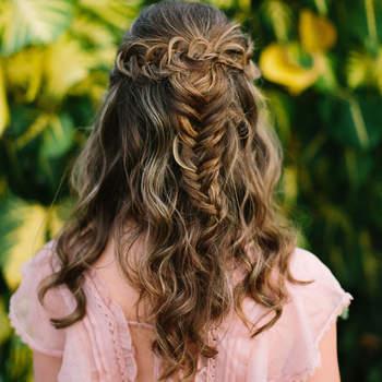 Penteado para noiva com cabelo semi preso e trança | Crédito: Benjamin Hewitt Photography