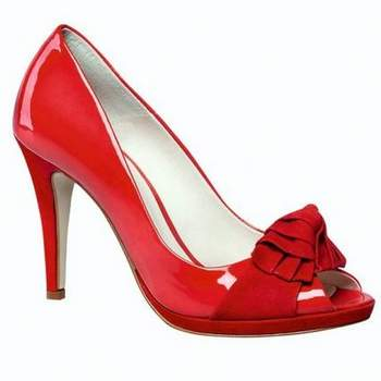 Escarpins ouverts rouges à talons hauts et noeud à l'avant. - Source : Bata