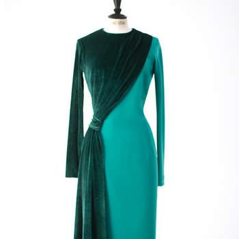 Vestido midi verde en crepe con contraste en terciopelo en capa y manga. Credits: Cherubina