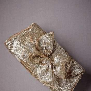 Estilo de sobre en tono dorado con incrustaciones de lentejuelas, cierre magnético, forro en seda.