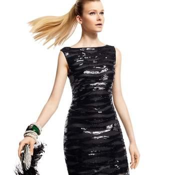 Vestido curto preto brilhante de Pronovias, modelo Zurich, para convidadas de casamento.