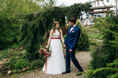 Plenerowy ślub w Biskupicach wśród Siedmiu Drzew. Niezwykłe chwile na cudownych fotografiach!