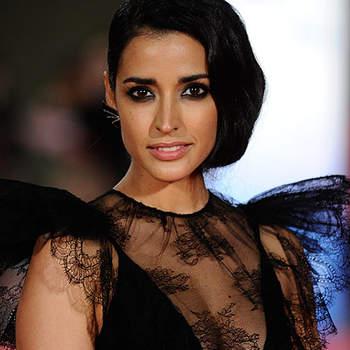 Inma Cuesta, muy sexy, con un vestido de encaje negro de Juanjo Oliva, y el peinado retro con ondas al agua.
