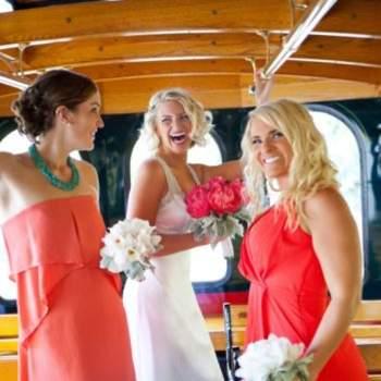 A noiva acompanhada das damas de honor.