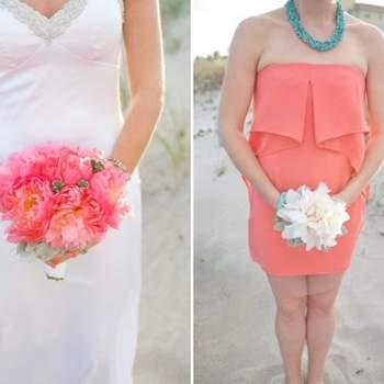 Las damas de honor llevaban un ramo blanco para contrastar con su vestido de color, al revés que la novia.