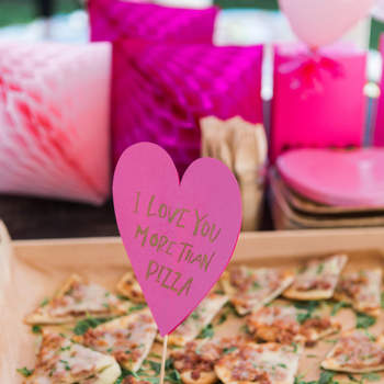 Señalización de comida con carteles en cartulina rosa. Credits: One Eleven Photography