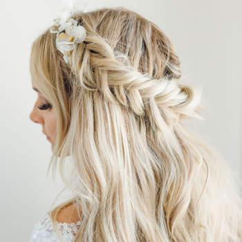 Penteado para noiva com cabelo semi preso com trança lateral | Foto: Mary Jessica Photo
