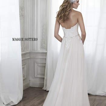 """Este imponente vestido de tule é acentuado com apliques em renda e uma elegante cintura em cristal de Swarovski. Na parte superior, um delicado corselet com decote coração.  <a href=""""http://www.maggiesottero.com/dress.aspx?style=5MW154"""" target=""""_blank"""">Maggie Sottero Spring 2015</a>"""