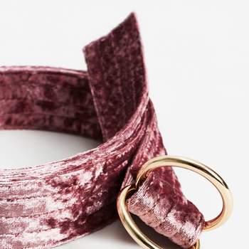 Cinturón terciopelo rosa con hebilla dorado. Credits: Mango