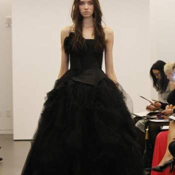 Trèx chic cette robe de mariée noire Vera Wang Automne 2012. Un corset et une jupe en tulle ultra volumineuse.