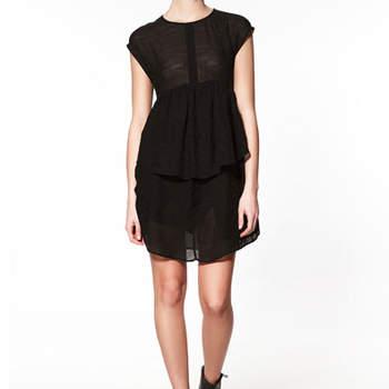Fluidité et transparence pour ce modèle Zara. Une robe noire légère, au top pour un mariage estival ! Photo : www.zara.com