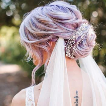 Penteado para noiva com coque baixo | Credits: Josh Elliott Photography