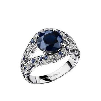 Or blanc, saphir 2,80 cts, pavage diamants et saphirs Source : mauboussin.fr