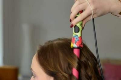 Un peinado de bodas romántico con cabello corto